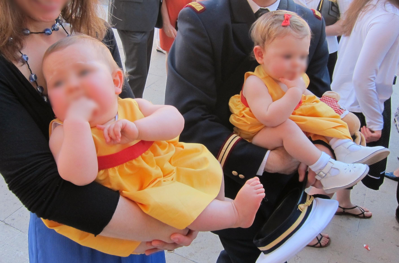 0e0d26506b2e Pour les bébés, bloomer rouge pour les garçons et robe jaune des  Intemporels pour bébés   Modèles et patrons de 0 à 3 ans