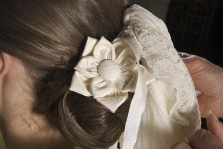 Coiffure de mariée de Claire: fleur de soie