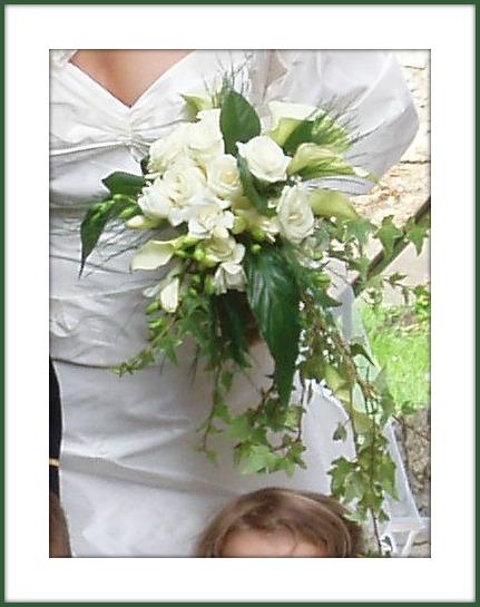 bouquet de mari e lierre et roses blanches. Black Bedroom Furniture Sets. Home Design Ideas