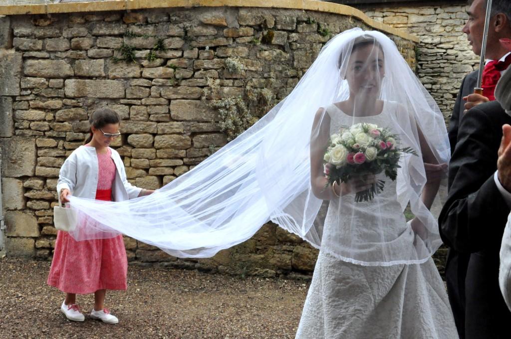 Robe de mariée, voile, chignon et bouquet de Clotilde