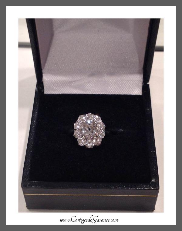 Bague de fiançailles de Marine: diamant coussin serti de 10 diamants