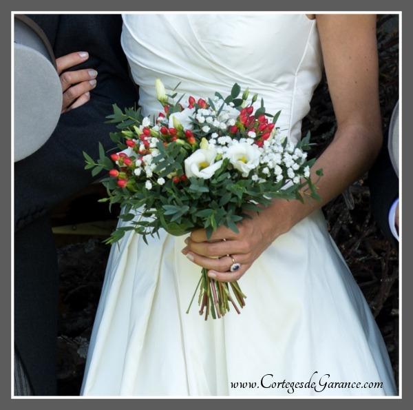 Bouquet de mariée de Louise: hypericum rouge et feuilles d'eucalyptus