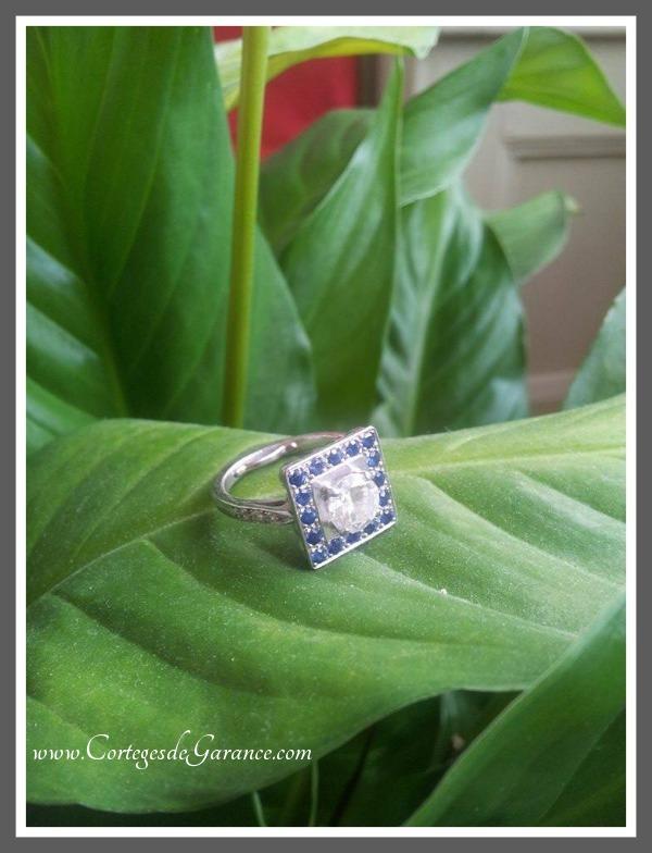 Bague de fiançailles de Marion: pierre de famille et monture carrée