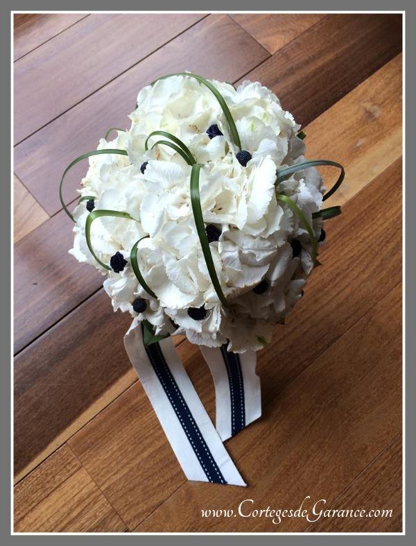 Bouquet de mariée d'Anne-Cécile: hortensias blancs et longs rubans