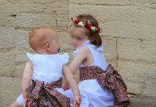 Cortège Bernadette: Robes blanches et ceintures Liberty
