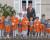 Cortège Astrid: orange et ceintures graphiques en automne