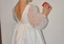 La robe Sarriette: Un grand dos nu et des manches en transparence